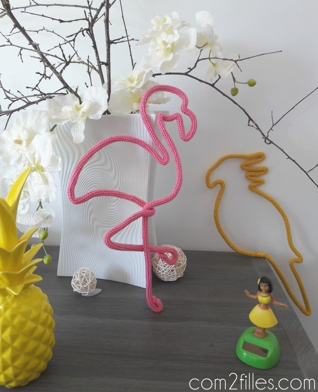 Deco tropicale - flamand rose et perroquet - tricotin