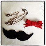 collier moustache noeud pâte fimo